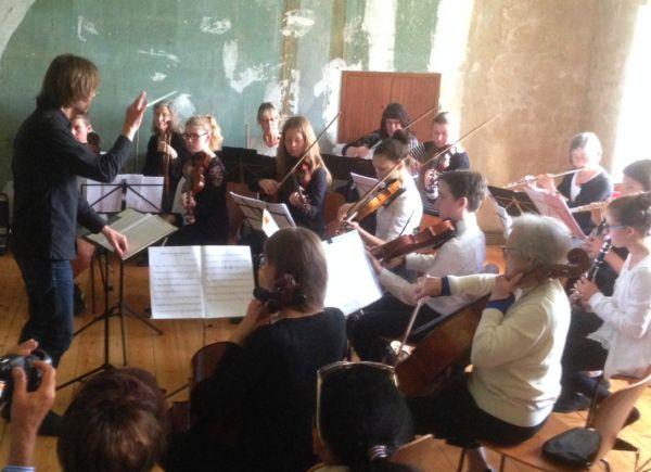 Orchester Schleswig unter der Leitung von Björn Mummert konzertiert im Christsen-Haus beim Klingenden Unewatt 2017