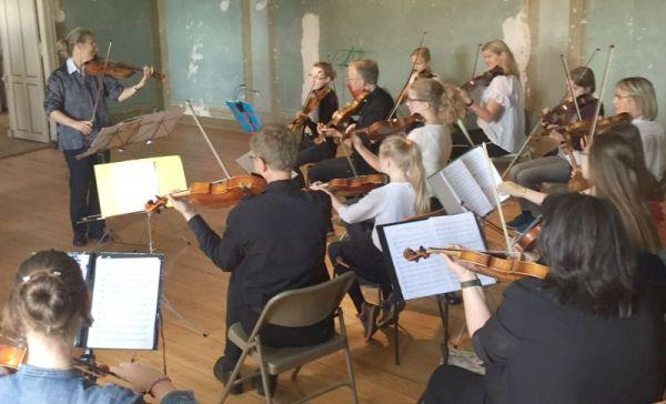 Streicher-Ensemble Schleswig musziert im Christesen-Haus beim 'Klingenden Unewatt'