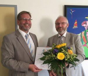 Gratulation zum Dienstjubiläum von Arno Panske durch den Leiter der Kulturstiftung Dirk Wenzel