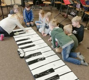 "April 2019: KUMASTA ""Stapels Musikanten"" in Erfde üben mit dem Bodenklavier"